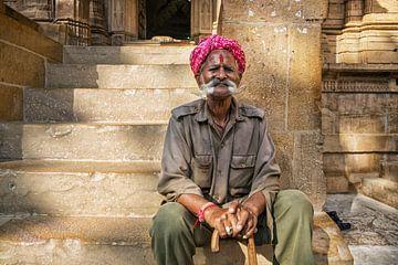 Jaisalmer, Rajasthan, India. Close up portret van een bejaarde man in Jaisalmer van Tjeerd Kruse