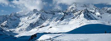 Einsamer Wanderer in großartiger Schnee- und Berglandschaft von Ralph Rozema