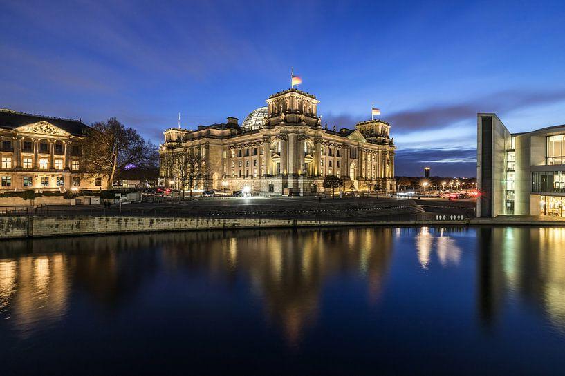 Le bâtiment du Reichstag à Berlin à l'heure bleue sur Frank Herrmann