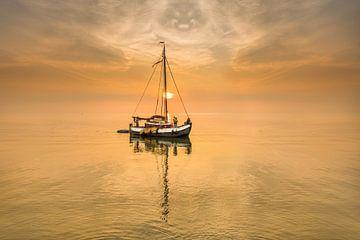 Zomeravond op het IJsselmeer bij Laaksum in Friesland. van Harrie Muis