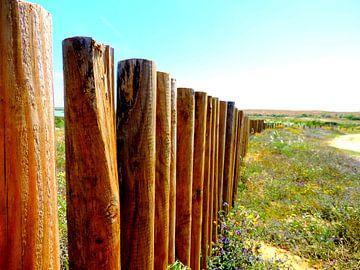 Houten hek in een veld in Portugal  van Laura Balvers