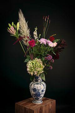Stilleven herfst boeket bloemen in een Delfts blauwe vaas