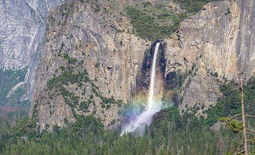 Waterval met regenboog in Yosemite van Reis Genie
