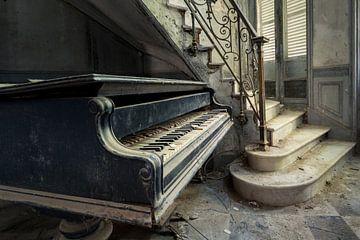 Piano à côté de l'escalier sur