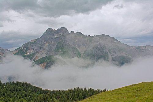 Berglandschap met wolken in de Franse Alpen
