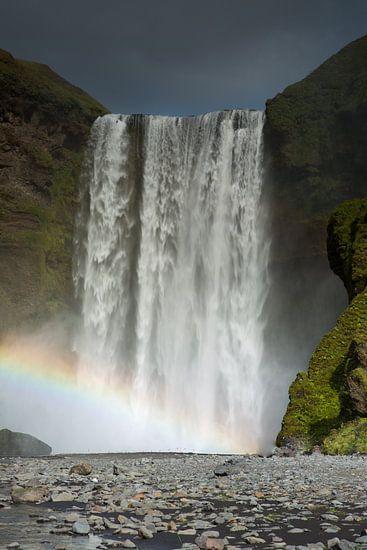 Waterval Skogafoss met regenboog op IJsland