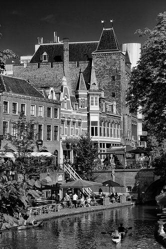 De Oudegracht in Utrecht op een zomerse dag in zwart-wit van
