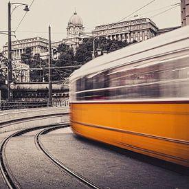 Gele tram raast voorbij! van Joris Pannemans - Loris Photography