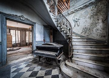 Klavier im Treppenhaus von Inge van den Brande
