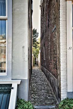 Kleurige inkijk in het smalle straatje Middelburg van Mariska Wondergem