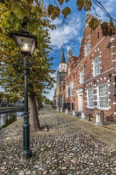 Straatbeeld in het Friese historische stadje Sloten in herfstkleuren sur Harrie Muis