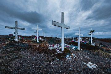 Witte kruizen en bloemen op begraafplaats in Groenland van Martijn Smeets