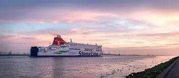Coucher de soleil, le ferry sort. sur Jacqueline de Groot