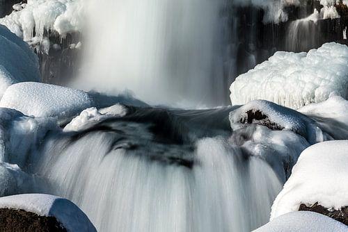 Öxarárfoss in een winters IJsland decor van