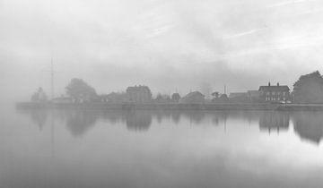 Mystery Honfleur in de mist Frankrijk B/W von Rob van der Teen