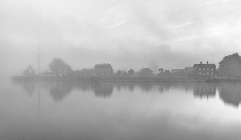 Mystery Honfleur in de mist Frankrijk B/W van Rob van der Teen