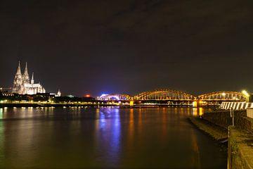 Kölner Dom und Hohenzollnerbrücke bei Nacht von Tom Voelz