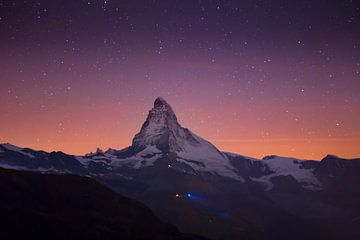 Sterne über dem Matterhorn in den Schweizer Alpen von