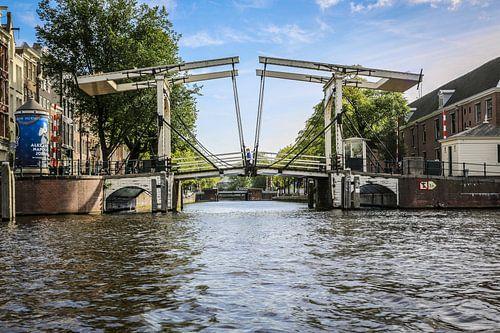 Amsterdam vanaf het water gezien met zijn vele grachten en bruggen