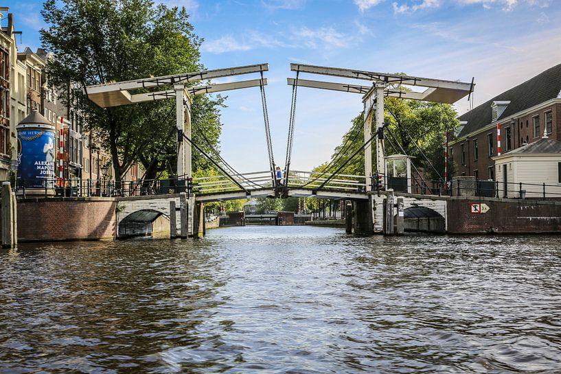 Amsterdam vanaf het water gezien met zijn vele grachten en bruggen van Fotografie Jeronimo