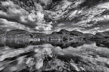 Wolkenlucht boven Noorse fjord von Wim Scholte