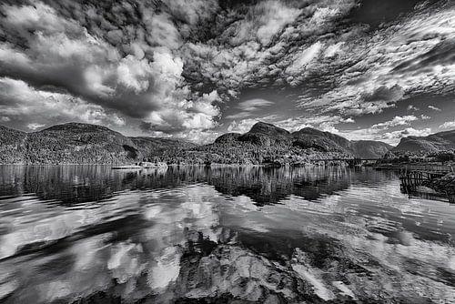 Wolkenlucht boven Noorse fjord