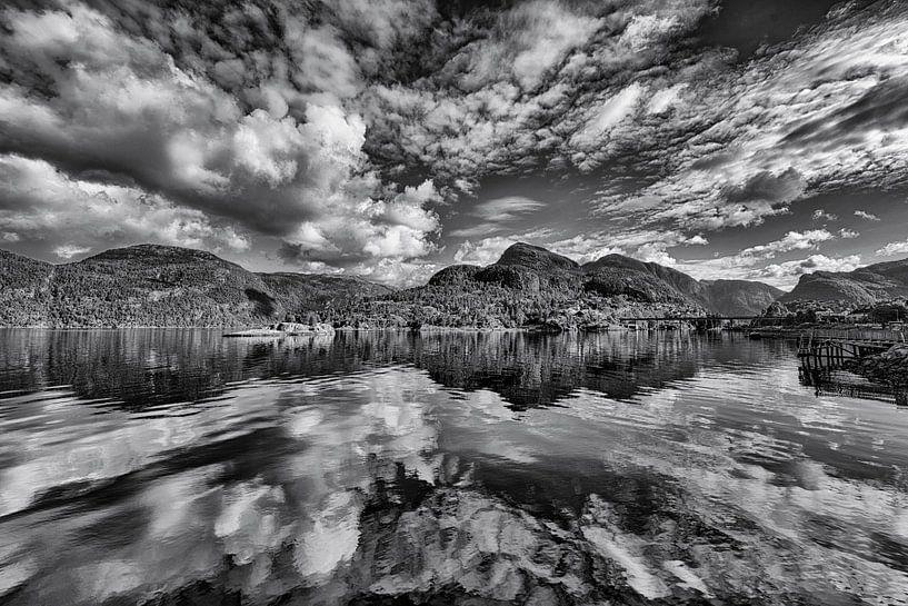 Wolkenlucht boven Noorse fjord van Wim Scholte