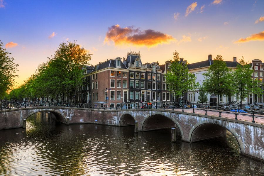 Amsterdamse grachten tijdens zonsondergang van Dennis van de Water
