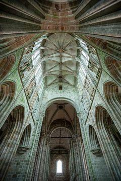 Een close up van de architectuur van de kathedraal in Mont Saint Michel in Frankrijk van Wout Kok