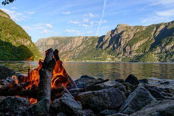 Lagerfeuer am Fjord in Norwegen von Sjoerd van der Wal