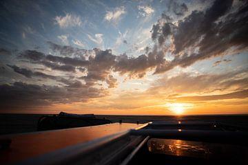 golden hour vanaf dak van een auto op een strand van Thomas Winters