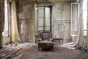 Stoel in vervallen kamer van Tim Vlielander