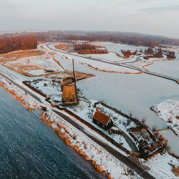 Schnee Windmühle Twiske Naturgebiet bei Sonnenaufgang in Amsterdam Nord Drohne Foto von Mike Helsloot