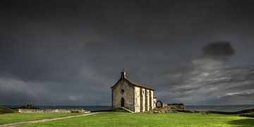 Chapelle sur la côte basque espagnole près de Bermeo sur Harrie Muis