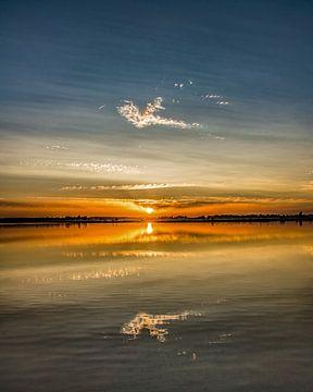 een kleurrijke zonsondergang op de Sondeler Leien in Friesland van