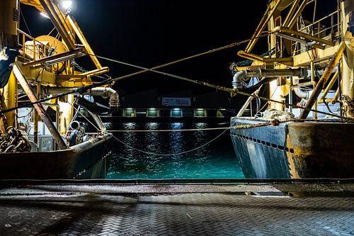 Touwtrekken tussen twee vissersschepen