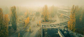 Zentraler Platz in Prypjat, Ukraine an sehr nebligem Tag von Robert Ruidl