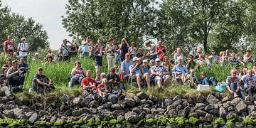 Publiek langs de kant tijdens SAIL AMSTERDAM 2015. van Renzo Gerritsen