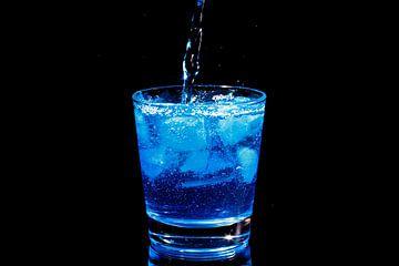 Blue curacau cocktail in een glas van Nisangha Masselink