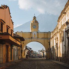 De Santa Catalina Boog in Antigua, Guatemala in de ochtend met de Agua vulkaan op de achtergrond van Michiel Dros