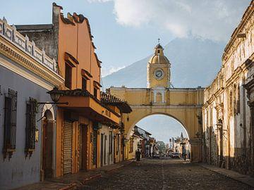 Der Santa Catalina-Bogen in Antigua, Guatemala am Morgen mit dem Vulkan Agua im Hintergrund von Michiel Dros