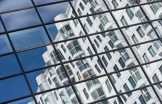Reflecties in het Weena Huis in Rotterdam van Mark De Rooij