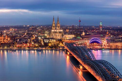 Die Kölner Skyline am Abend