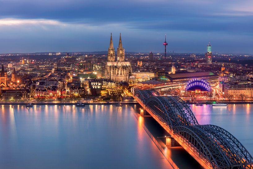 De skyline van Keulen in de avond van Dennisart Fotografie