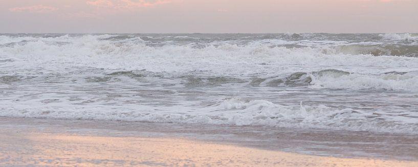 Strand | Ruwe Noordzee bij winterlicht van Servan Ott
