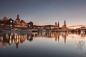 Dresden spiegelt sich in der Elbe wider #2 von Jiri Viehmann