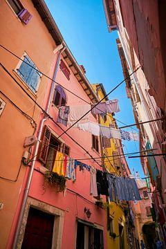 Waslijnen met kleren in de steegjes van het oude centrum van Rovinj