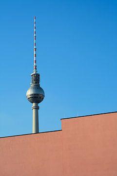 der Fernsehturm in Berlin hinter einer Fassade von Heiko Kueverling