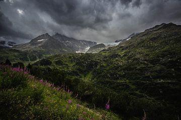 dunkle Wolken hoch oben auf dem Berg. von Sasja van der Grinten