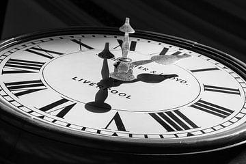 Alte Uhr in Liverpool Central Library von Guido van Veen